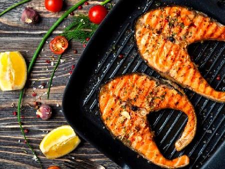 Печени котлети от риба сьомга на скара или грил тиган с розмарин и чесън - снимка на рецептата
